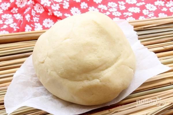 Скатайте тесто в шар. Оставьте его на 15 в холодильнике.