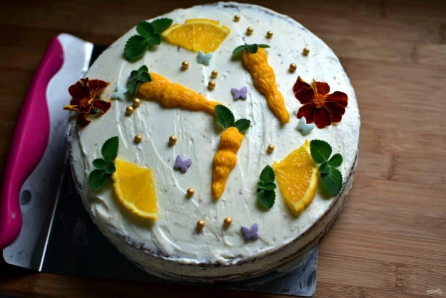 Покройте кремом верх торта и его бока. Разровняйте и украсьте торт по вашему умению и фантазии. Вынесите на холод хотя бы на час для пропитки.