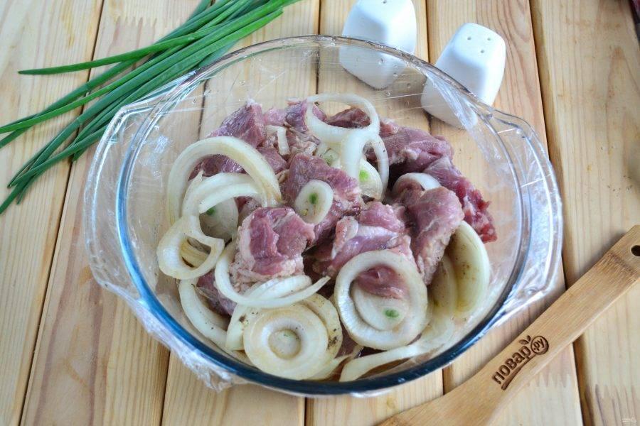 Затяните миску с мясом пищевой пленкой и отправьте в холодильник на 4-6 часов.