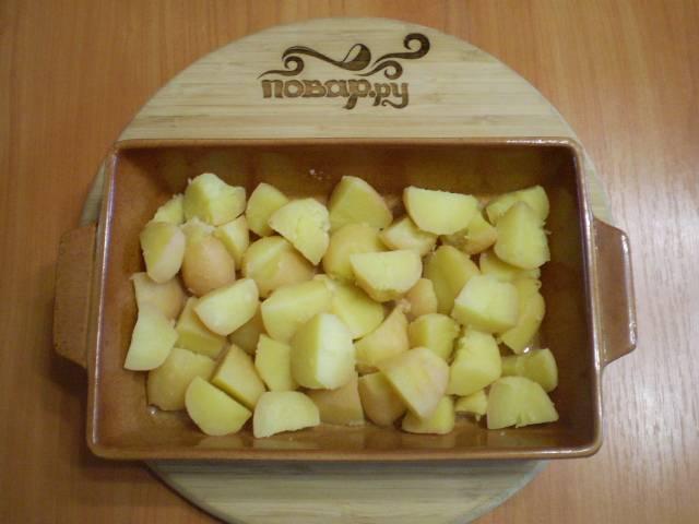 Картофель очистите и порежьте на кусочки. Уложите на противень.
