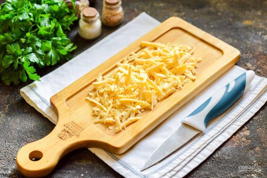 Твердый сыр натрите на средней терке или нарежьте кубиками.