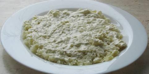 Подготовьте блюдо, в котором будете подавать салат к столу. Первым слоем на блюдо выкладываем картофель, сверху смазываем майонезом.