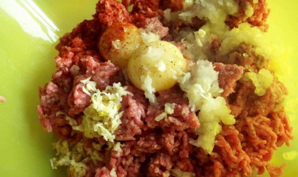 В фарш добавляем яйца, измельченный лук, специи, чеснок, зелень, если хотите.