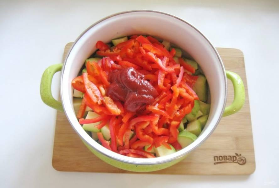 Выложите в кастрюлю томатную пасту.