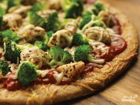 Пицца с брокколи и курицей