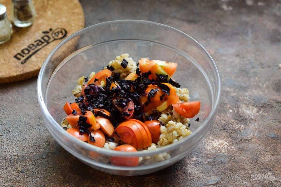 Базилик ополосните и просушите, мелко нарежьте и добавьте к помидорам.