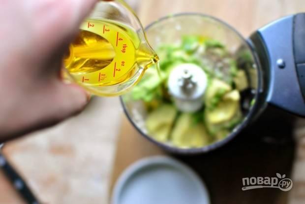 6. Влейте оливковое масло, взбейте до однородности.