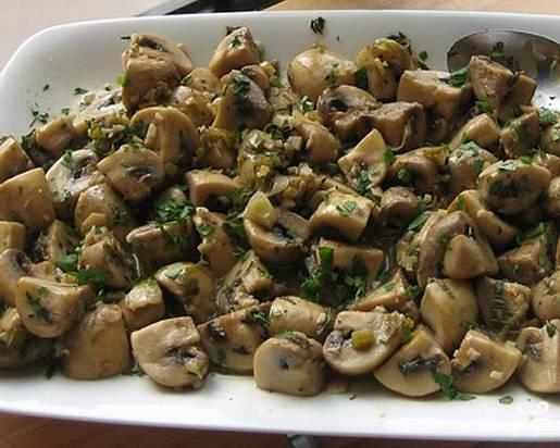 Маринованные грибы промываем и режем на ломтики.