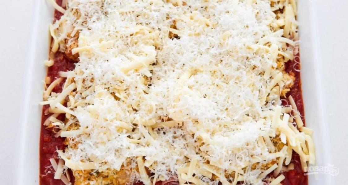 8.Посыпьте курицу тертым пармезаном и моцареллой. Поставьте емкость опять в духовку, пока соус не начнет пузыриться.