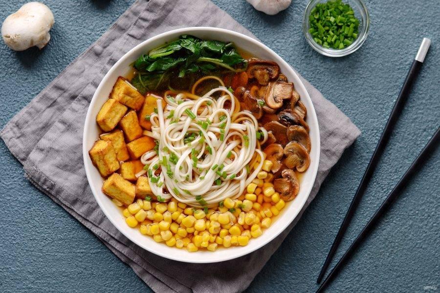 Вегетарианский рамен готов, подавайте  его с палочками и ложкой для бульона. Приятного аппетита!
