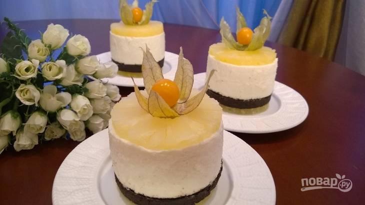 10.Сверху каждого мини чизкейка выкладываю дольку ананаса и украшаю ягодами физалиса. Приятного аппетита!