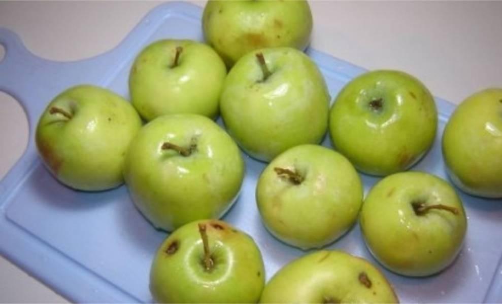 2. И яблочки тоже помойте. Они должны быть твердыми и кисленькими.
