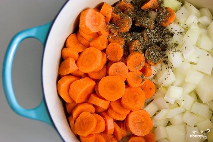 В кастрюлю большую налейте масло оливковое, убедитесь, чтобы не только дно, но и стенки смазались маслом (чтобы овощи не подгорели). Потом добавьте морковку, лук и сушеный базилик. Перемешайте и обжаривайте на среднем огне, пока овощи не подрумянятся - минут 10-12.