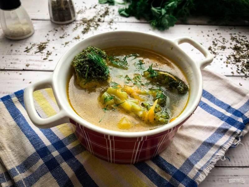 Суп из брокколи и зеленого горошка готов. Приятного аппетита!