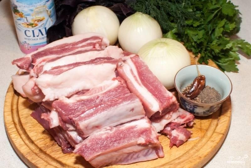 Подготавливаем все необходимые ингредиенты: ребрышки промываем и разделяем на порционные куски, репчатый лук очищаем от шелухи.