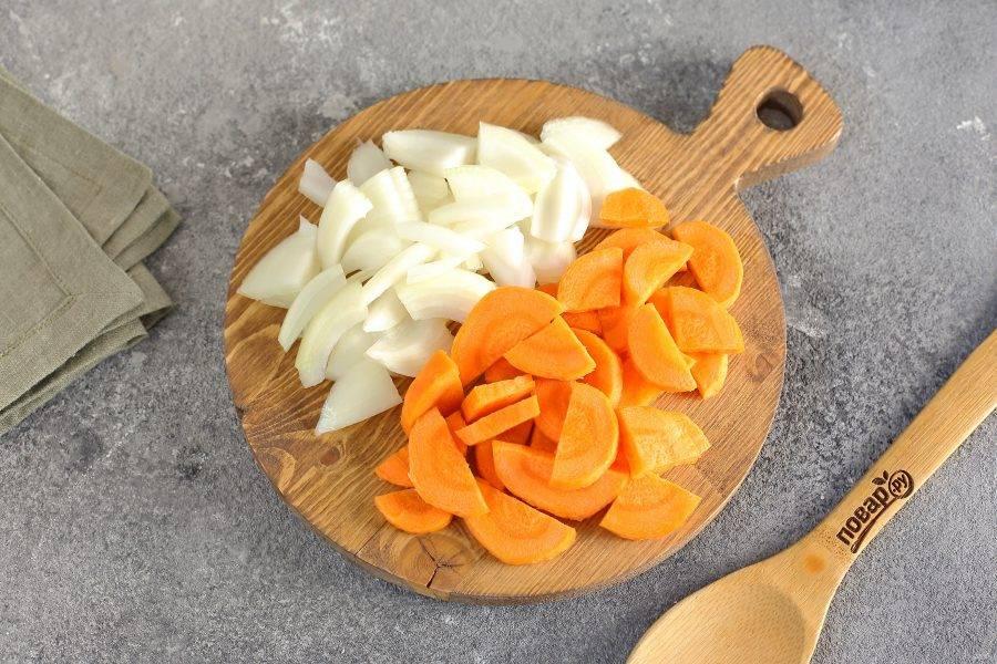 Лук и морковь нарежьте произвольно, я предпочитаю покрупнее.
