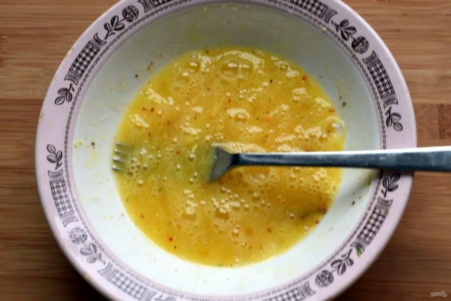 Взбейте яйца с солью и черным перцем, добавив немножко хлопьев чили.