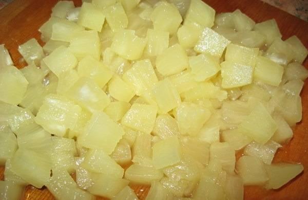 Не могла обойтись и без ананасов, поэтому в салат добавляем и пол банки нарезанных на кубики ананасов.