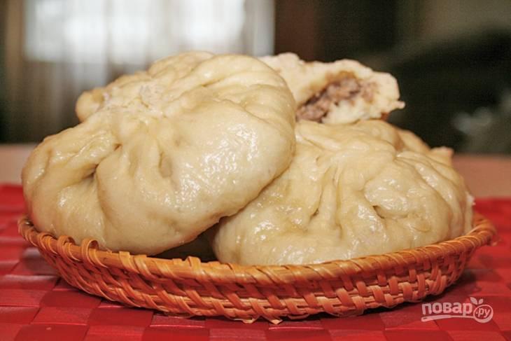 12.Китайские пирожки кладу в пароварку и готовлю 30-35 минут, после чего готовые пирожки перекладываю на тарелку и подаю к столу.