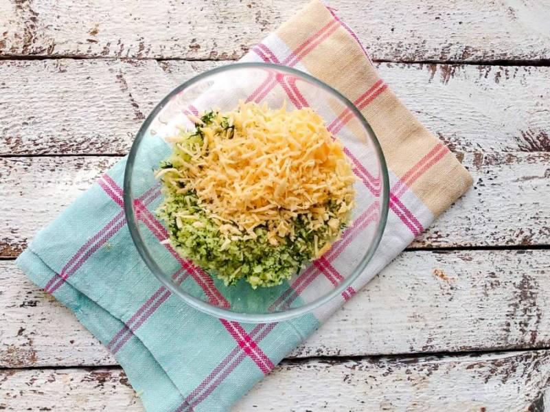 В получившуюся смесь добавьте тертый сыр и хорошо перемешайте.
