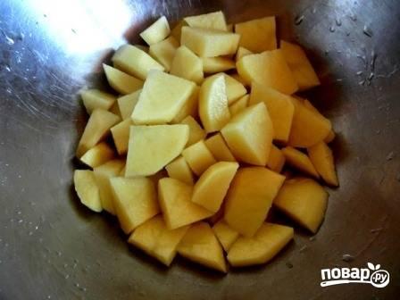 Очистим овощи. Картофель нарезаем небольшими кубиками.