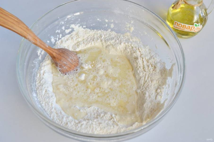 2. Влейте теплое молоко и масло.