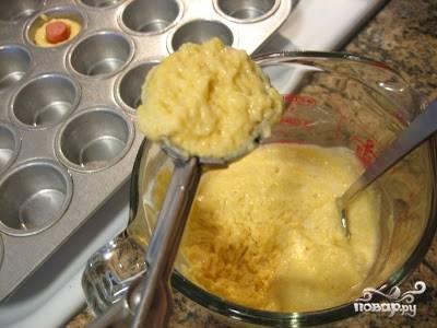 1. Приготовьте тесто для маффинов. Размягченное масло взбейте с солью и сахаром при помощи миксера, постепенно, продолжая взбивать, добавьте по одному яйцу и взбейте добела. Затем добавьте просеянную муку, разрыхлитель и хорошо перемешайте. Формочки для кексов смажьте растительным маслом и наполовину заполните тестом.