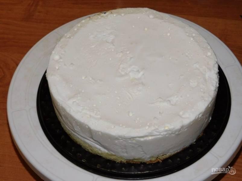 Застывший торт извлеките из кольца.