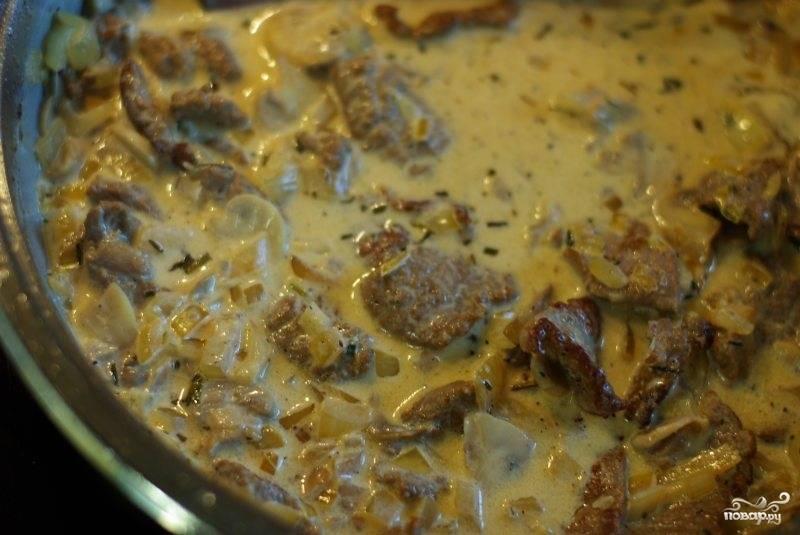 Затем добавляем сливки или сметану, добавляем немного сока лимона и в сковородку возвращаем мясо и лук. Все хорошенько перемешиваем. Солим, перчим по вкусу. Все немного потушим, но важно, чтоб содержимое сковородки не закипело.
