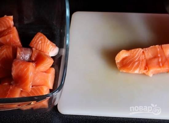 Филе семги нарезаем кубиками по 3-4 см.