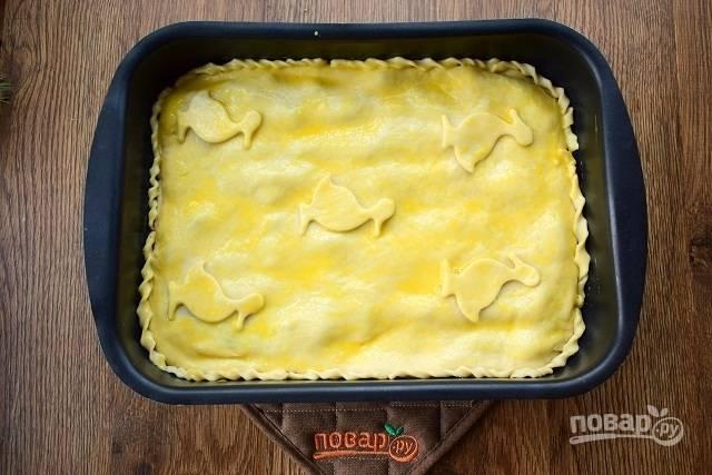 Смажьте верх пирога смесью желтка и воды (1 ст. л.) и поставьте запекаться в разогретую до 180 °С духовку на 40-45 минут до румяной корочки. Ориентируйтесь по своей духовке.