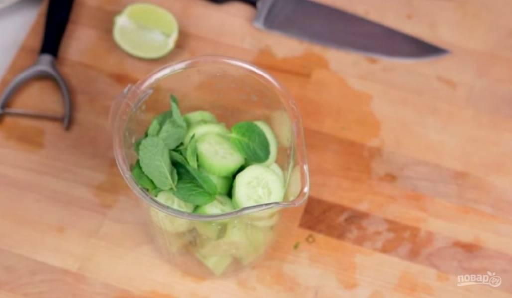 2. Затем переместите огурцы в чашу блендера и добавьте сок лайма. Добавьте также листья свежей мяты и мед. Хорошо все перемешайте с помощью блендера.