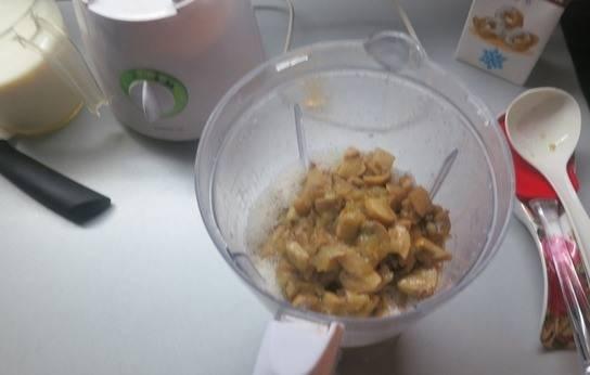 Затем содержимое чаши высыпаем в блендер с молоком.