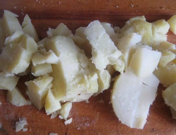 Картошку отварную  порезали кубиками и в суп.