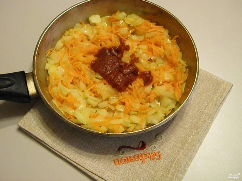 В процессе жарки добавьте к овощам томатную пасту.