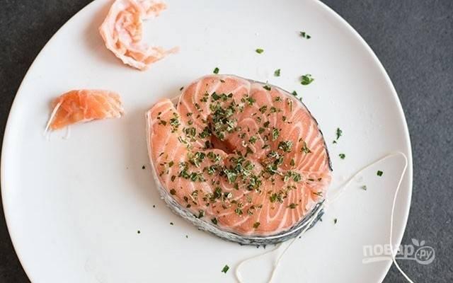 1.Из стейка лосося удалите кости и позвоночник в центре. Затяните ломтик рыбы кухонным шпагатом, чтобы придать ему форму медальона.