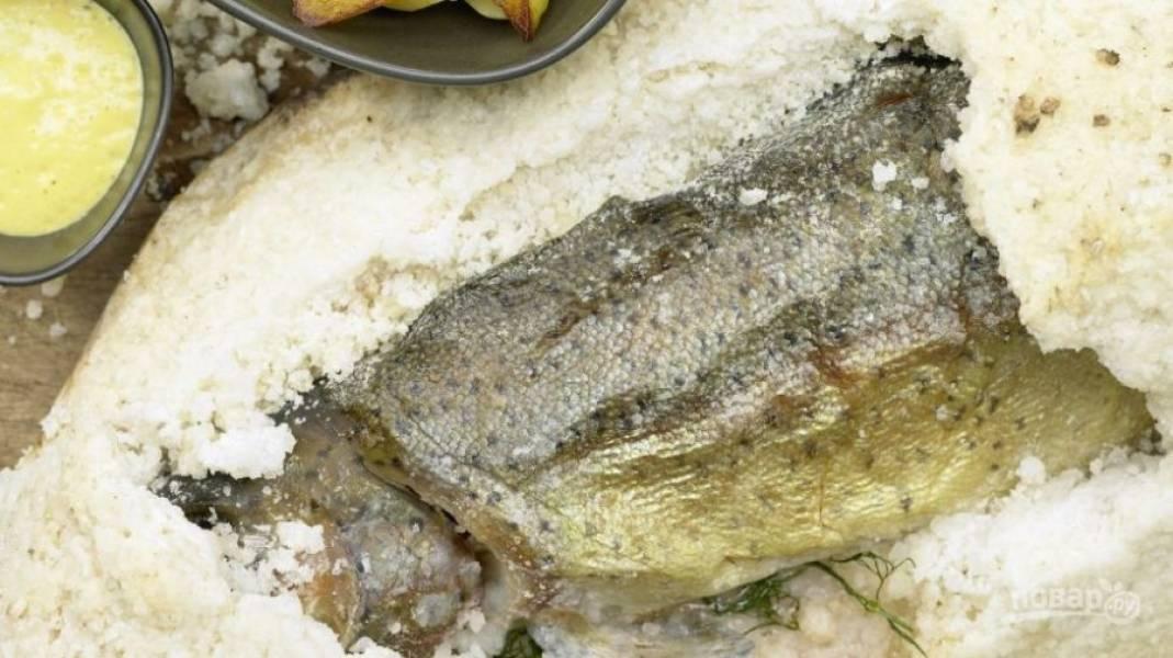 9.Достаньте рыбу спустя необходимое время, аккуратно соскребите соль и снимите кожуру, легко отделите рыбку от костей и подавайте к столу.