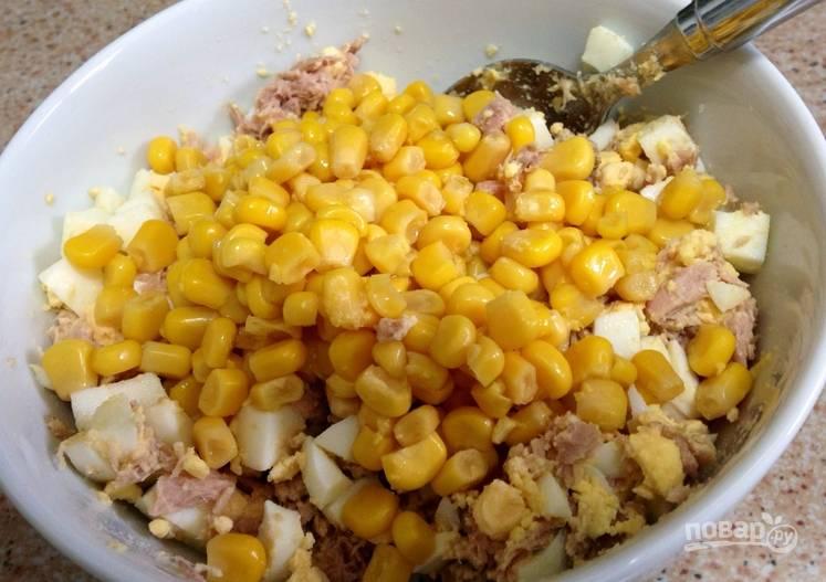 Кладем яйца и кукурузу (жидкость слить).