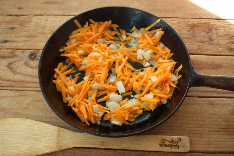 На растительном масле обжарьте лук. Потом добавьте морковь. Перемешайте и тушить все вместе до мягкости.