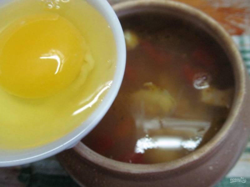 Когда суп будет готов, пробуем на соль и добавляем перепелиные яйца или одно куриное, если готовим на 2 порции, тогда добавляем 2 яйца.