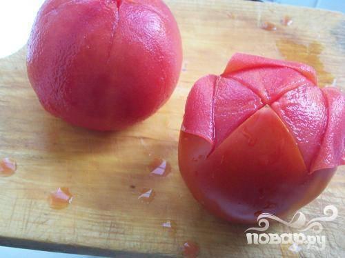 1.Делаем крестообразные надрезы на помидорах, затем секунд на тридцать опускаем в кипяток.