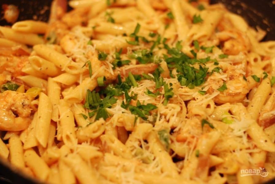 5. Смешайте готовую пасту с соусом, добавьте креветки и обжаренные овощи.
