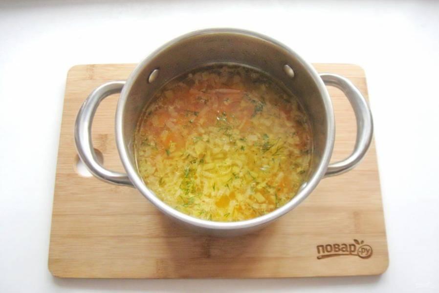 В готовый суп добавьте нарезанный укроп или петрушку.