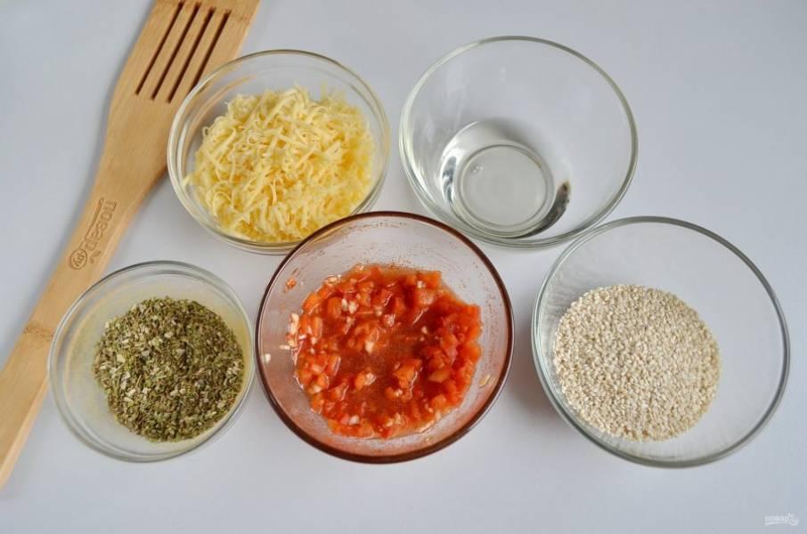 Нужно подготовить 4 разные панировки для хлеба: сырную, кунжутную, травяную и из сладкого перца. Как приготовить две последние? Я расскажу. В мисочке смешайте три вида трав: орегано, тимьян, майоран. Добавьте щепотку соли и перца молотого. Готово. Для последней панировки измельчите паприку и чеснок, залейте растительным маслом, добавьте молотую паприку и перемешайте. Можно добавить лимонную цедру.