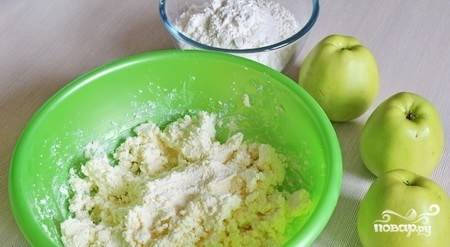 Масло размягчите при комнатной температуре. Соедините его в миске с творогом.