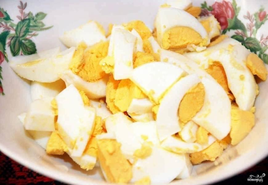 Пока суп готовится, сварите яйца вкрутую. Потом остудите их, почистите и порежьте четвертинками.