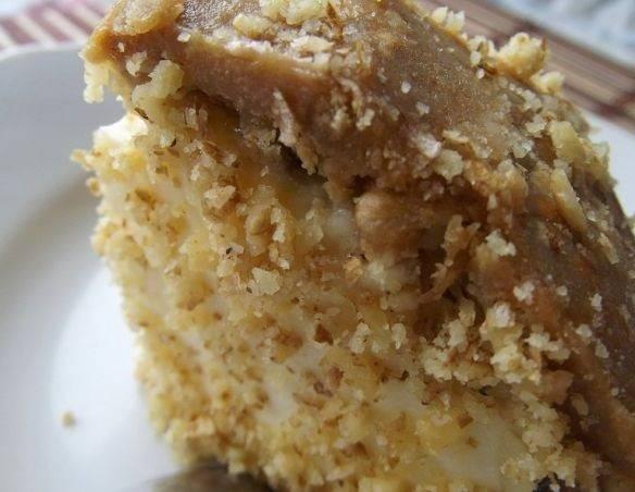 7. Если форма не разъемная, тогда при подаче тортик можно перевернуть, в верх присыпать дробленными орешками, например. Вот и весь простой рецепт торта бананового с желатином для всей семьи.