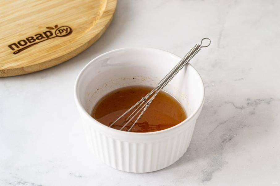 Смешайте сироп топинамбура и апельсиновый сок, добавьте растительное масло, щепотку морской соли и молотую корицу. Еще раз все перемешайте до однородности.