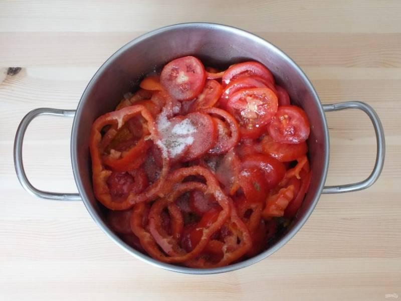 Переложите овощи к обжаренным моркови и луку. Добавьте 50 мл. растительного масла, соль, сахар, черный перец. Поставьте на огонь чуть ниже среднего и после закипания варите 25 минут, периодически помешивая.