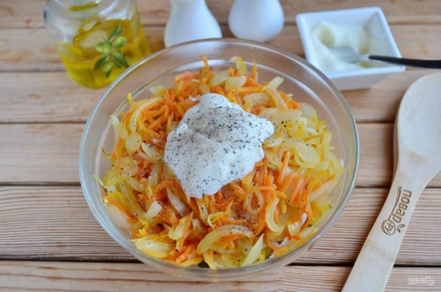5. Добавьте в салат жареные овощи, майонез, соль, перец черный.